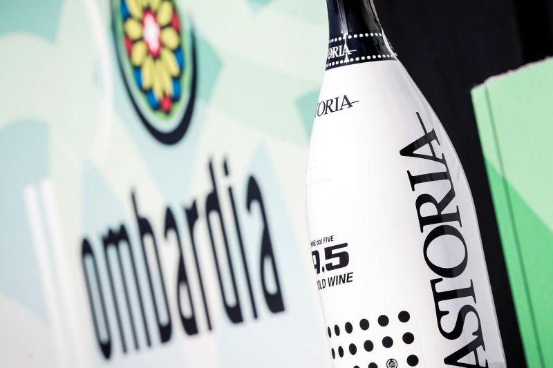 Logo i bąbelkowe wino na podium