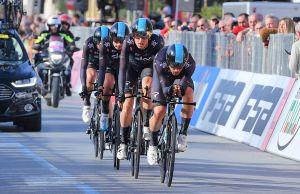 Kolarze Team Sky na trasie jazdy drużynowej na czas Tirreno-Adriatico 2017