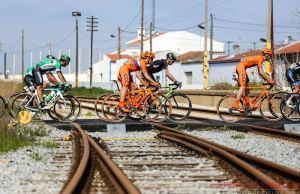 Kolarze CCC Sprandii na przejeździe kolejowym