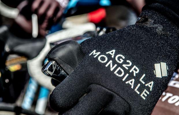 Dłoń na kierownicy w rękawiczce grupy Ag2r la Mondiale