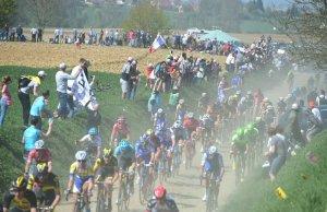 kolarze na trasie Paryż-Roubaix