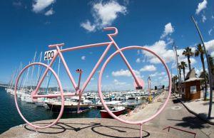 Różowy rower zbudowane z rurek nad adriatyckim wybrzeżem