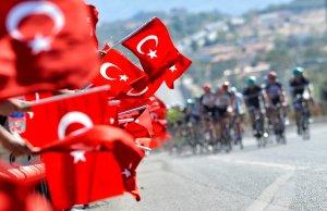 Kinice z flagami Turcji przy trasie Tour of Turkey
