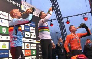 Vanthourenhout, Van Aert i Van Der Poel na podium ciągną szampana z butelki