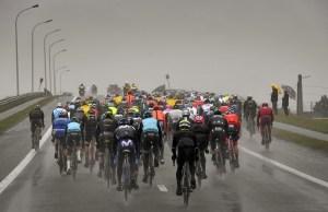 peleton na trasie Dwars door Vlaanderen