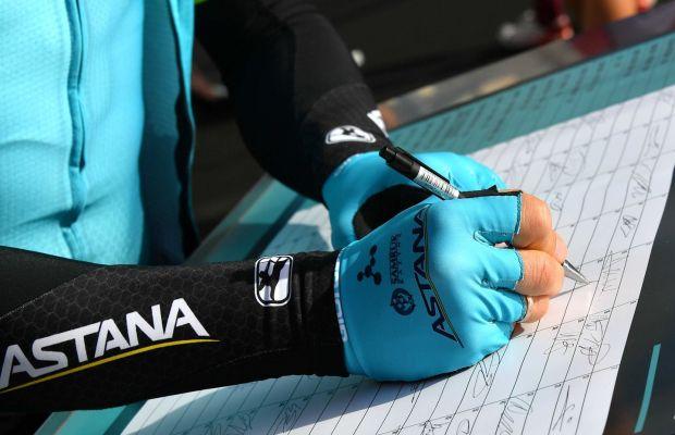 kolarz Astany składa podpis na liście startowej