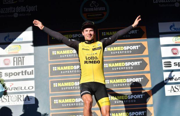 Primoz Roglic robi telemark na podium