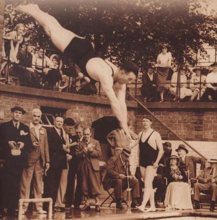 Rowntree Park swimming pool 1940s police