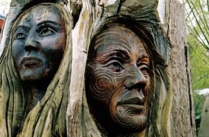 Visages d'un homme et d'une femme. Sculpture Maori, Nouvelle Zélande.