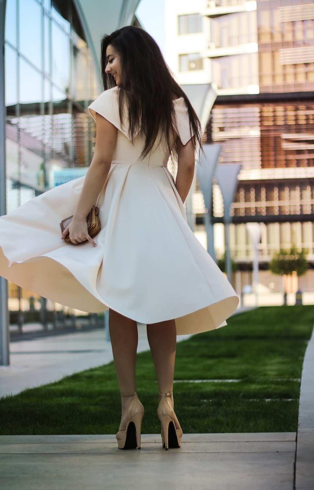 featured fashion blog timisoara blogger for womanfashion.ro rochie eleganta pe umeri nude seara trei sfert romania lifestyle blog flared