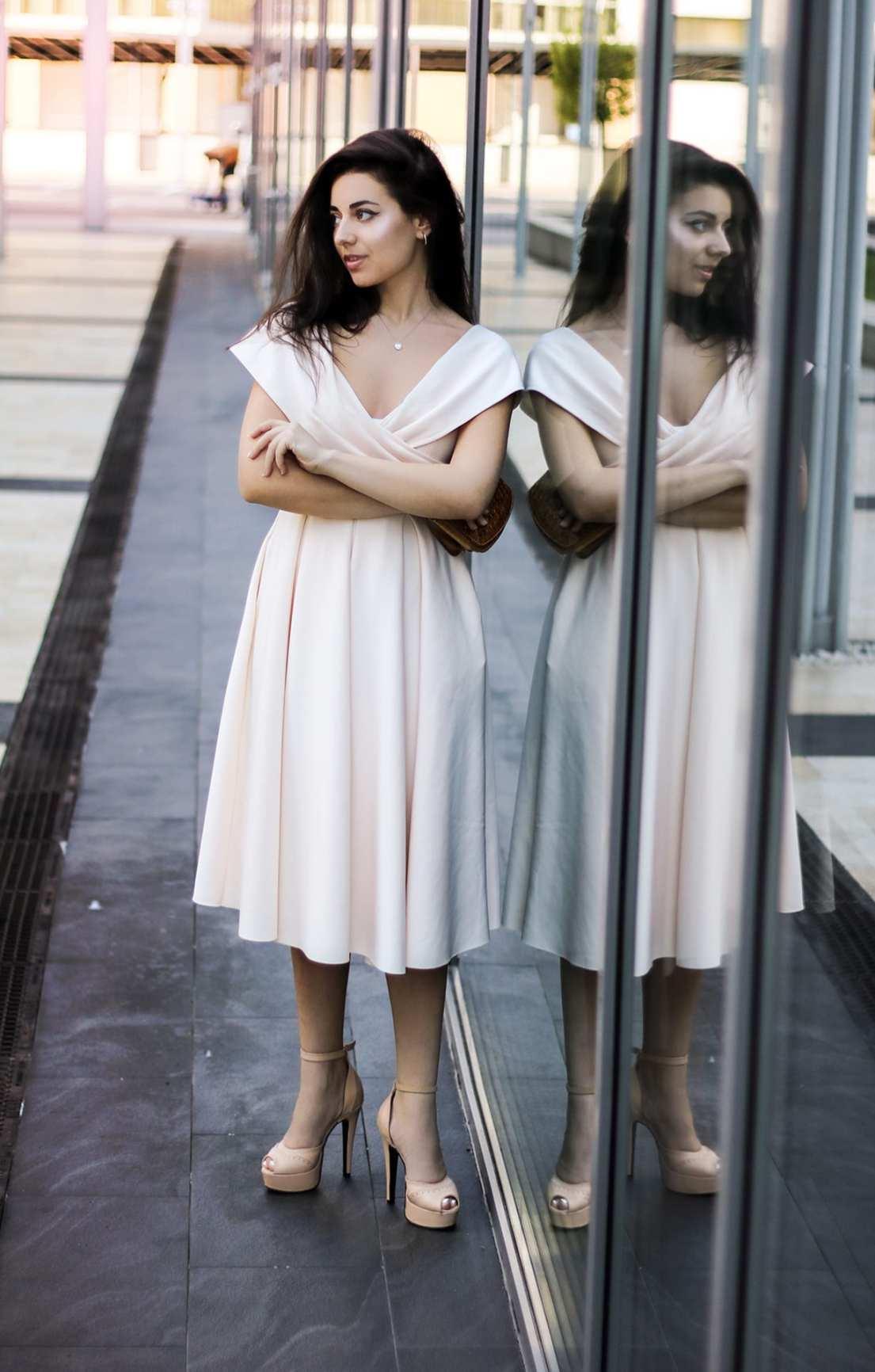 featured fashion blog timisoara blogger for womanfashion.ro rochie eleganta pe umeri nude seara trei sfert romania lifestyle blog mirror