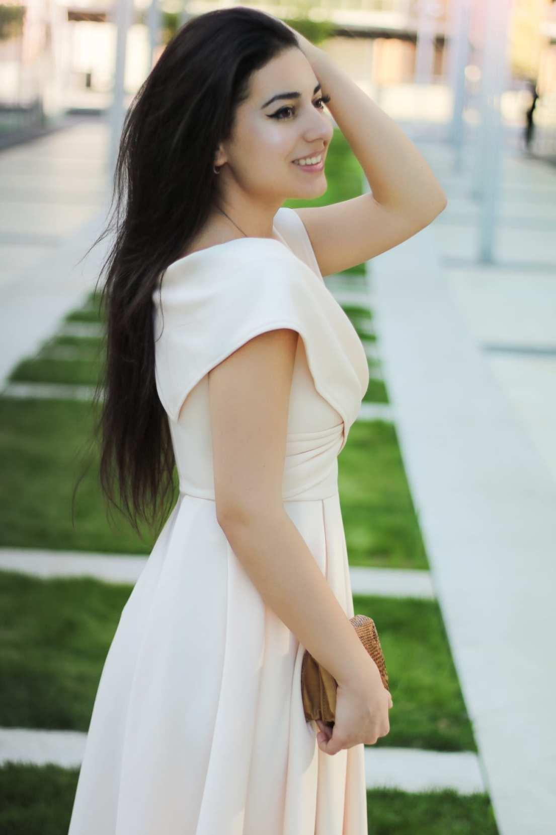 featured fashion blog timisoara blogger for womanfashion.ro rochie eleganta pe umeri nude seara trei sfert romania lifestyle blog peach