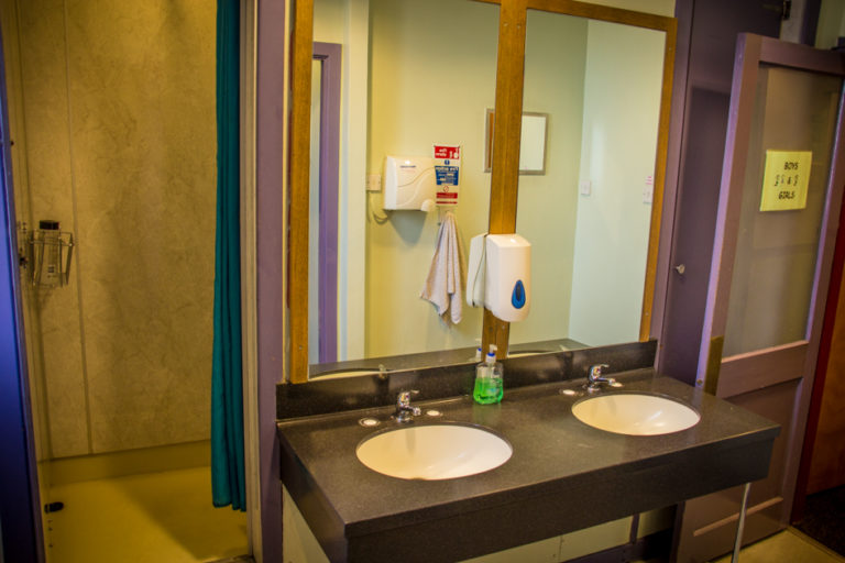 Royal Mile Backpackers Bathroom