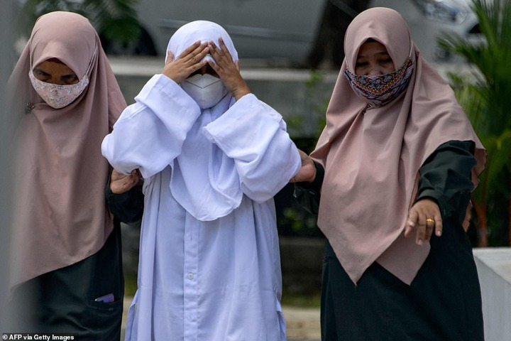 Four couples are caned in Indonesia for having sex outside marriage (photos)