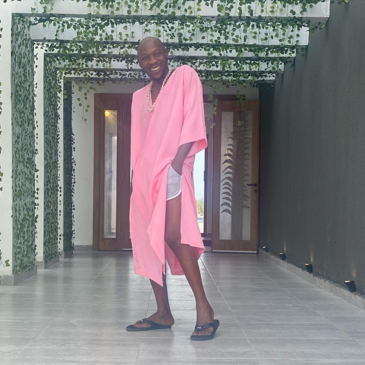 """""""Some boys can't wear pink because it will give them away"""" - Seun Kuti says as he dons pink robe and 'hot pant' in new photo"""