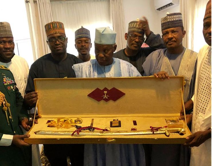 (PHOTOS) Aides salute Defence Minister at 72