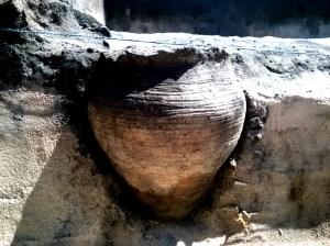 Świetnie zachowany gliniany garnek z ponadtysiącletnią polewką odkryty w Grodzisku Żmijowiska.