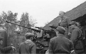 """Major Alfons Kotowski """"Okoń"""" przemawia do żołnierzy Zgrupowania """"Kampinos"""". Pierwszy od prawej stoi Adolf Pilch """"Dolina""""."""
