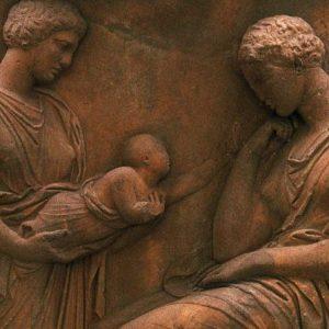 Wiele z praktyk medycznych stosowanych w starożytności przetrwało w zachodniej medycynie wieki. Na szczęście wyrywanie dzieci hakiem nie należało później do powszechnych czynności... Na ilustracji fragment antycznego reliefu.
