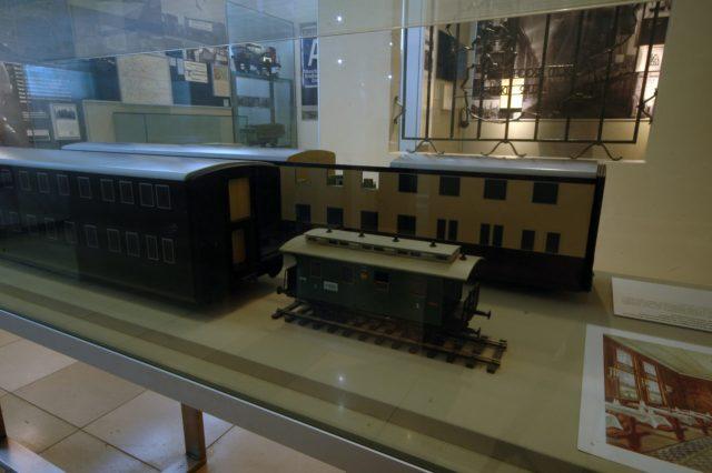 Modele piętrowych wagonów osobowych w DB Museum w Norymberdze. Obok dla porównania model normalnego wagonu