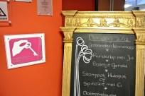 Het Roze Loper keurmerk in de hal van De Eshoeve.