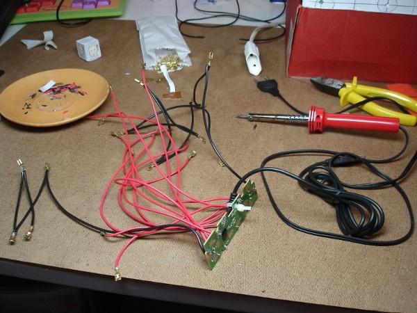 Placa de circuito impresso do joystick com cabos soldados para se conectar aos botões e palanca de fliperama.