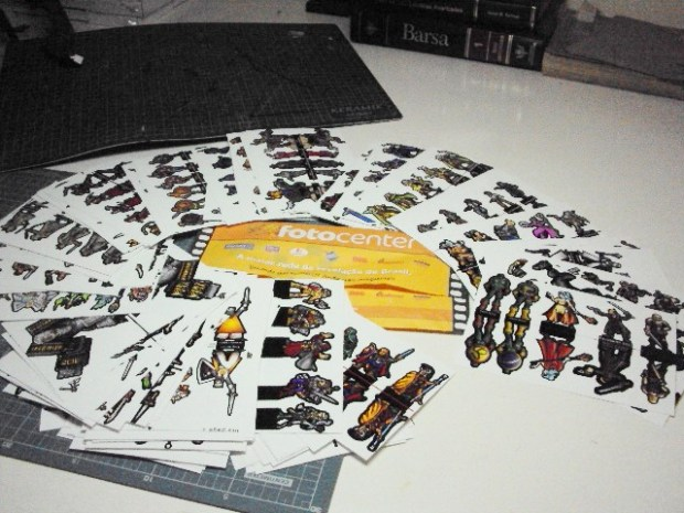 Pilha de fotos com miniaturas para colar e recortar