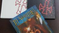 """Ainda ontem, pouco antes da meia-noite, Douglas """"D3"""" Guimarães, da Dimensão Nerd, compartilhou no Facebook uma foto das capas da edição brasileira do RPG In Nomine, com a mensagem: """"Chegou. […]"""