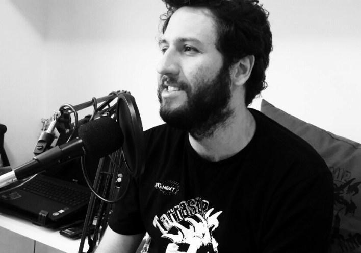 Pedro Quitete (Vérn Verón) com seu novo microfone +1 para cantorias do Bardo