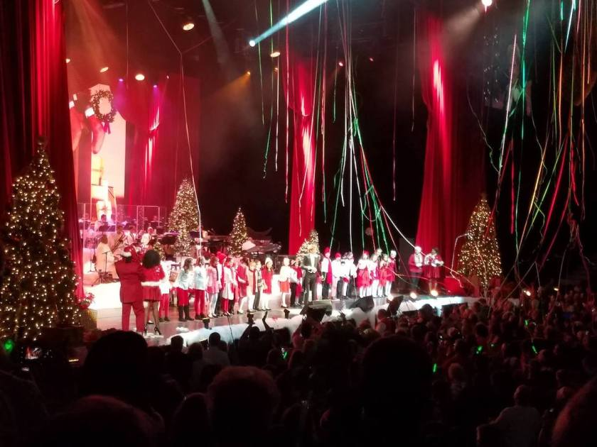 Grand finale of the Barry Manilow Christmas Concert with the Red Rose Children's Choir and Lake County Boys Choir.