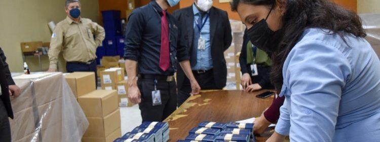 Migración entrega cartillas para la emisión de pasaportes a guatemaltecos en Estados Unidos