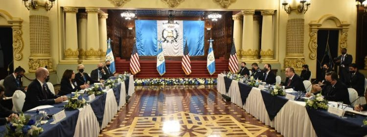 Giammattei recibe a la vicemandataria de EE. UU. Kamala Harris