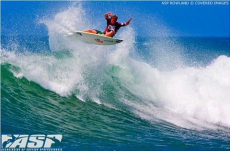 Taj Burrow takes to the skies in Round 3 at Praia da Vila in Imbituba.