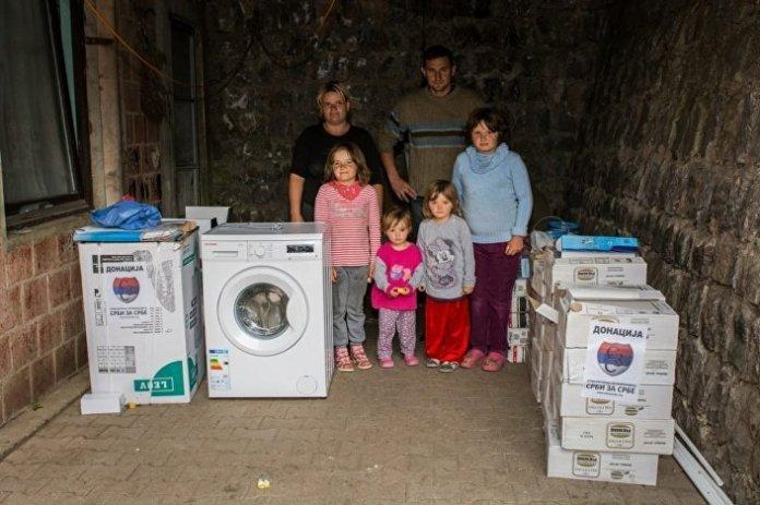 Породици Тасић из Горње Маоче код Косовске Каменице набављени су фрижидер, веш машина, бојлер, хидрофор и материјал за завршетак изградње купатила.