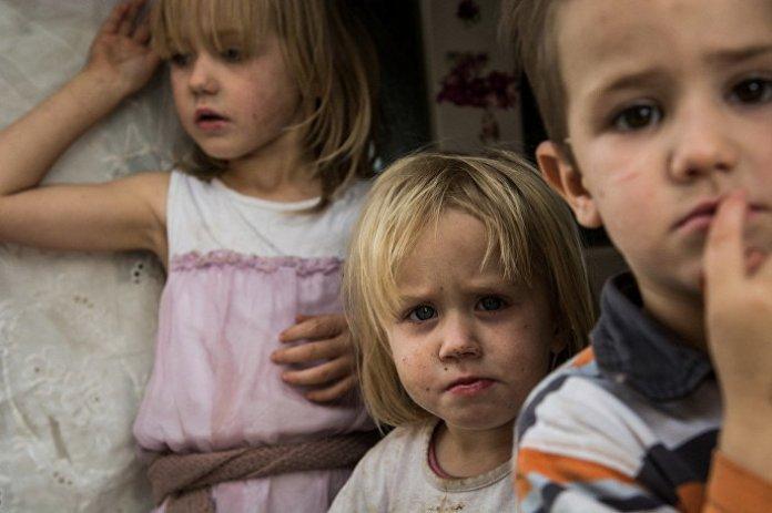 Деца из фамилије Перић из Пасјана код Гњилана. За ту деветочлану породицу купљени су шпорет, фрижидер, замрзивач, веш машина, орман, два кревета на спрат, сто и шест столица.