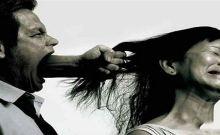 Hombre maltrata a la mujer