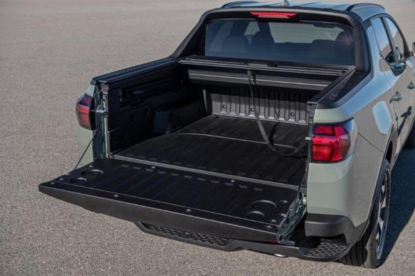 The tailgate of the Hyundai Santa Cruz can open with a fob. (Hyundai)