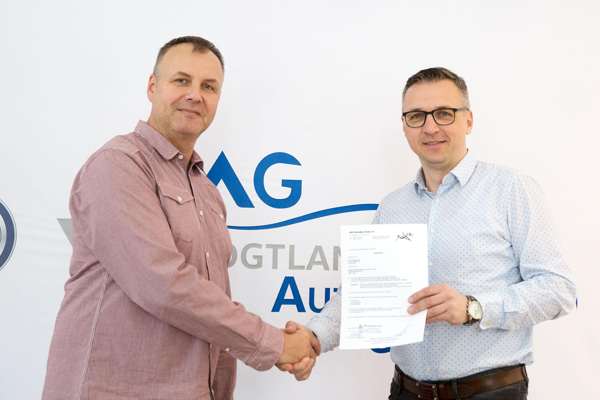 Der Sponsorenvertrag ist unterzeichnet: RSV-Präsident Thomas Fähndrich (links) und der Inhaber des Autohauses Vogtland Automobile in Greiz Jens-Uwe Bräunlich.