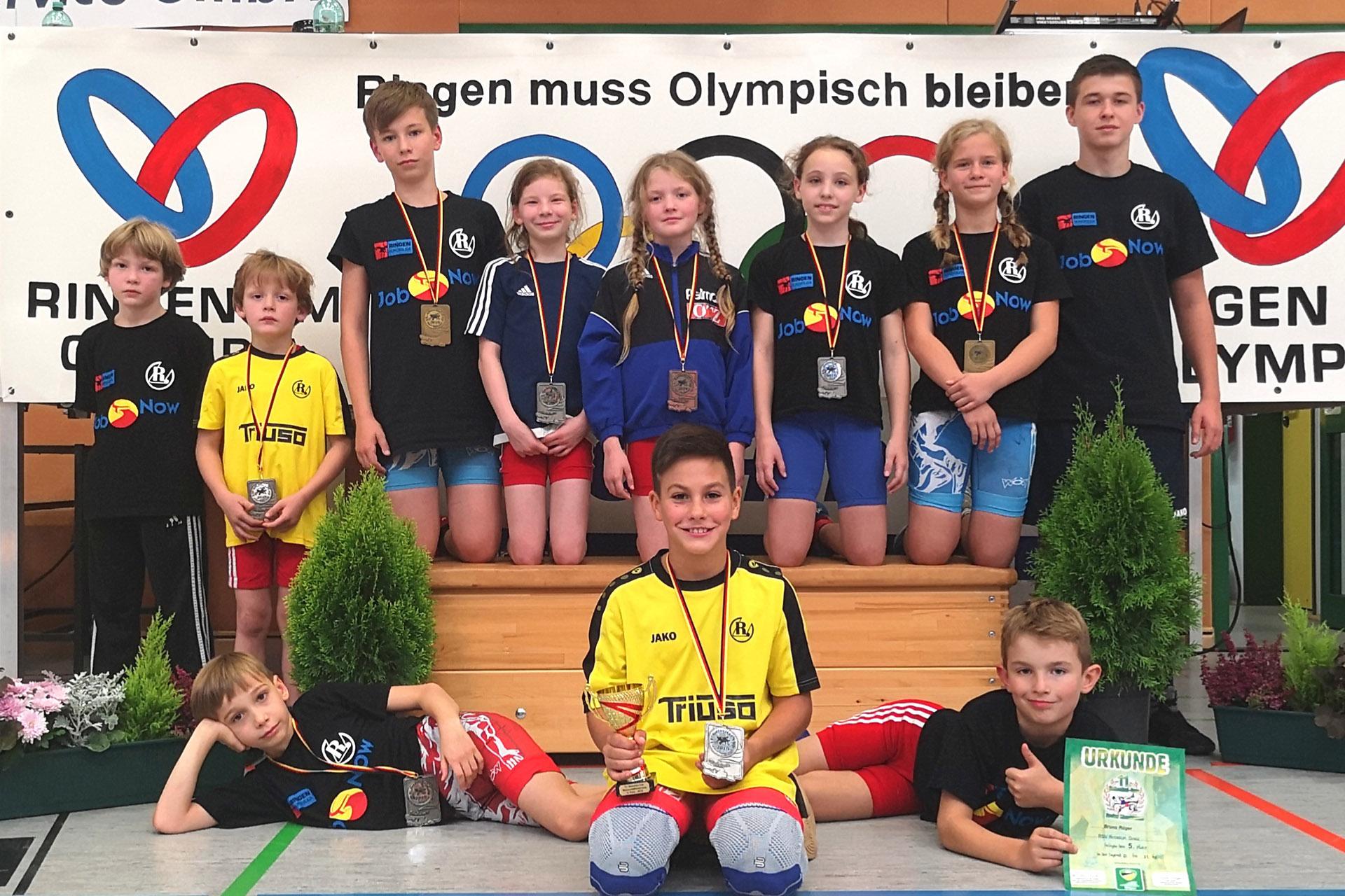 Greizer Nachwuchsringer beim turnier in Braunsbedra mit Trainer Maximilian Böttger.