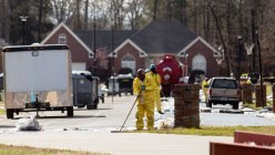 Emergency crews work to clean up an oil spill in front of evacuated homes on Starlite Road in Mayflower, Arkansas March 31, 2013.(Reuters / Jacob Slaton)