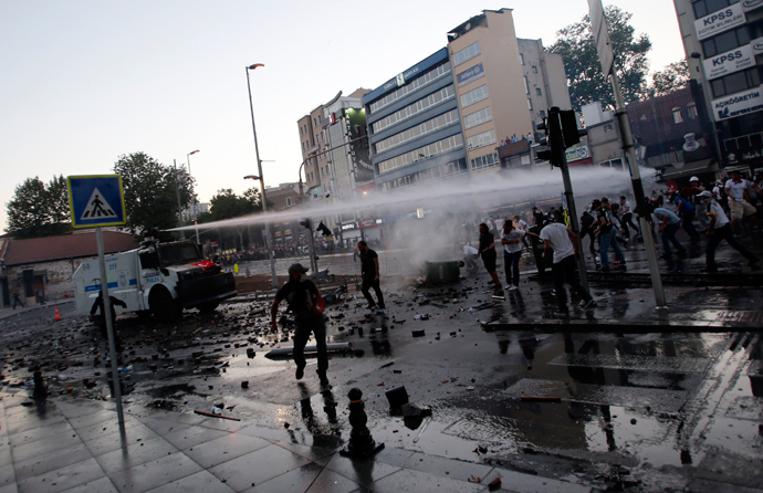 Riot police use a water cannon to disperse anti-government protesters in front of Turkish Prime Minister Tayyip Erdogan's Istanbul office June 1, 2013 (Reuters / Murad Sezer)