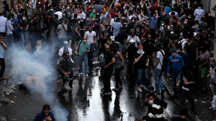 Protestors clash with Turkish riot policemen on May 31, 2013.(AFP Photo / Gurcan Ozturk)