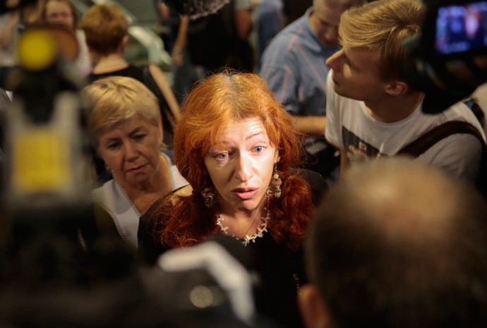 Human Rights Watch deputy director Tanya Lokshina (C) speaks to journalists after arriving at Sheremetyevo airport in Moscow July 12, 2013 (Reuters / Tatyana Makeyeva)