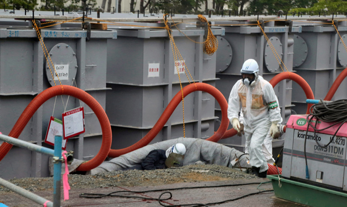 Tokyo Electric Power Co (TEPCO) workers work on waste water tanks at Japan's Fukushima Dai-ichi nuclear plant in the town of Okuma, Fukushima prefecture (AFP Photo / Pool/ Noboru Hashimoto)
