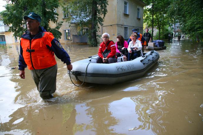 EMERCOM rescuers evacuate people from a flooded district of Khabarovsk (RIA Novosti / Vyacheslav Reutov)