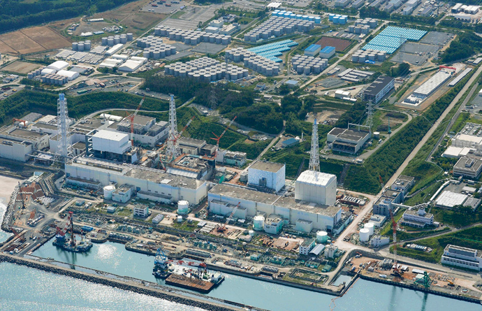 An aerial view shows the Tokyo Electric Power Co.'s (TEPCO) tsunami-crippled Fukushima Daiichi nuclear power plant and its contaminated water storage tanks (top) in Fukushima (Reuters / Kyodo)