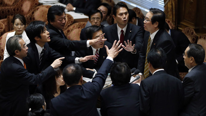 Fukushiro Nukaga (top R), chairman of the lower house special committee, is surrounded by opposition lawmakers during a vote on a state secrets act at the parliament in Tokyo November 26, 2013. (Reuters/Toru Hanai)
