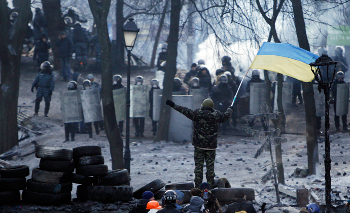 Anti-government protesters gather at a barricade at the site of clashes with riot police in Kiev January 25, 2014 (Reuters / David Mdzinarishvili)