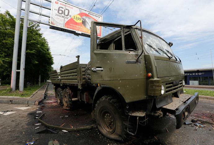 Um caminhão Kamaz naufragado é visto perto de Donetsk Aeroporto 27 maio de 2014. (Reuters / Yannis Behrakis)