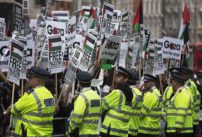 Police surround demonstrators during a protest against Israel's air strikes, in Gaza in London July 11, 2014. (Reuters / Neil Hall)